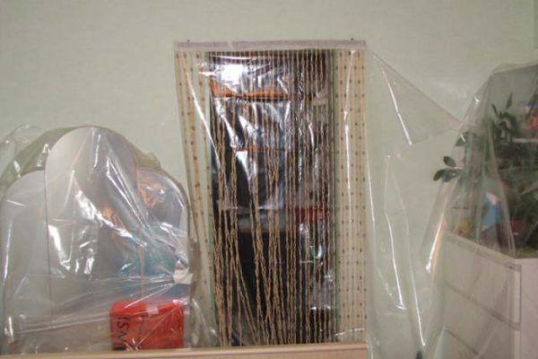 В данном случае для защиты мебели используется полиэтиленовая пленка