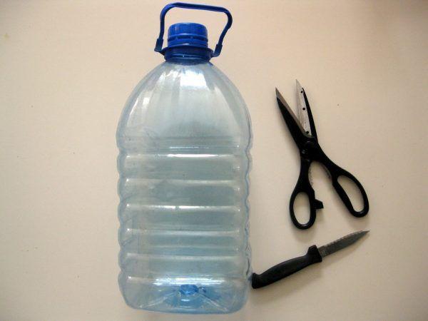 Вместо лотка можно взять пластиковую бутылку с отрезанной боковой частью