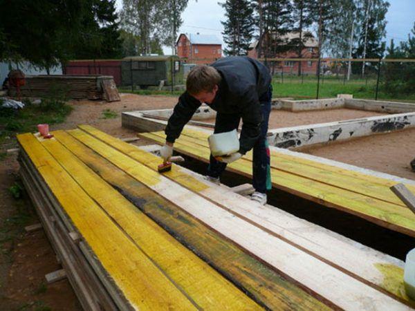 Все деревянные элементы конструкции перед укладкой нужно обрабатывать антисептиком