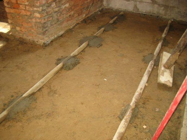 Выставление направляющих (маяков) для заливки пола бетоном по грунту