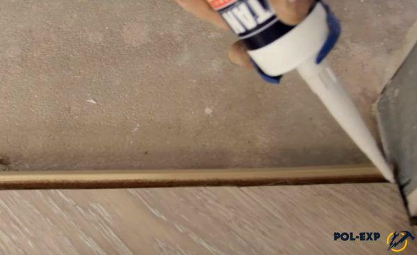 Зазор между пробковым компенсатором и ламинатом уплотняется акриловым герметиком