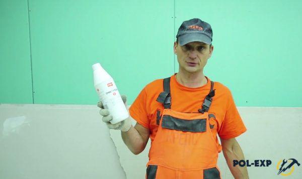 Для удаления затирки с поверхности плитки можно использовать очиститель