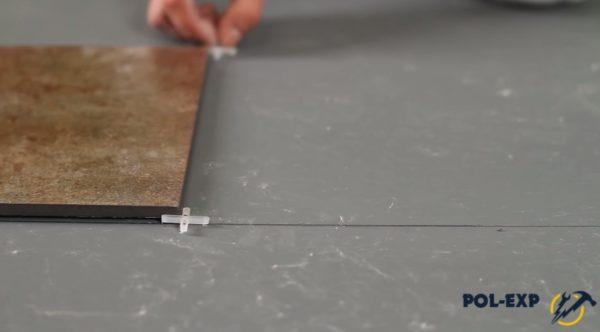 Укладка первой плитки без клея