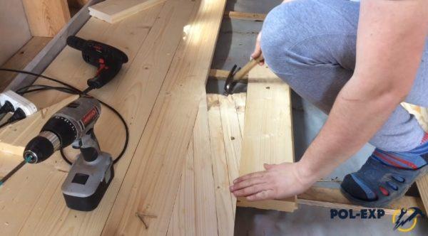 Чтобы не было щелей между досками, прибивают небольшой брусок к рейке, вставляют клинья и подбивают их молотком, после чего фиксируют доску пола к рейке или лаге