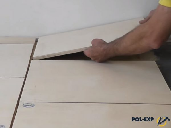 Укладка куска фанеры около стены