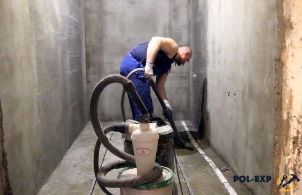 Очистка основания (на данном объекте проводились работы по оштукатуриванию стен)