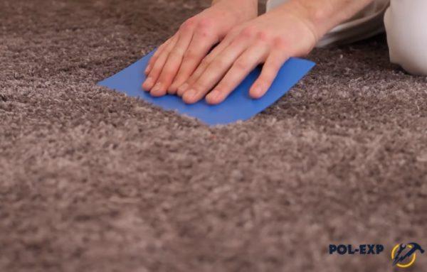 Разглаживание ковролина шпателем