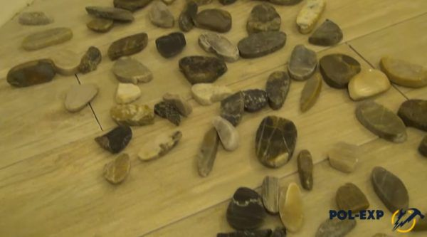 Камни легко отделяются от сетки вручную