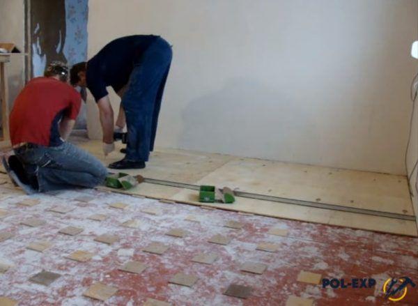 Процесс разметки и фиксации листов фанеры
