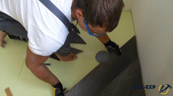 В доске вырезано отверстие под вентиляционный канал
