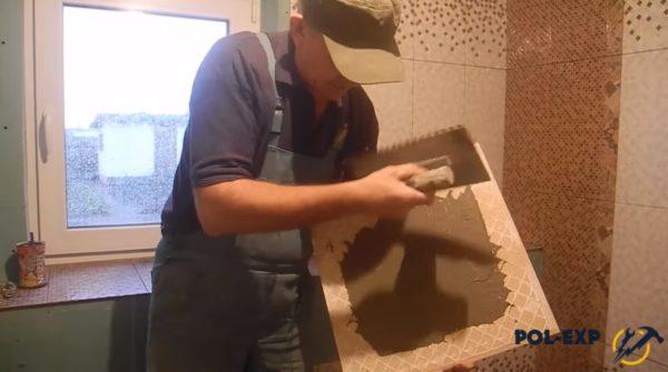 Нанесение раствора на плитку