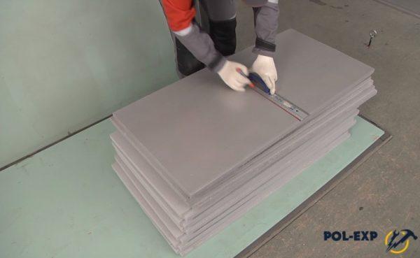 Выполнение разметки перед разрезанием плиты утеплителя