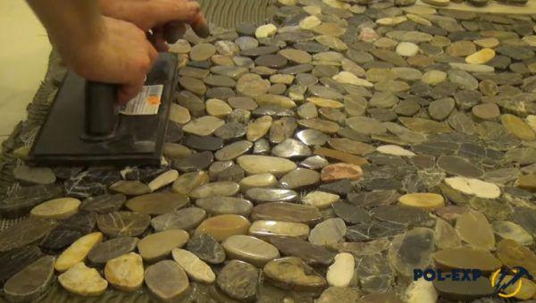 Камни прижимают гладилкой