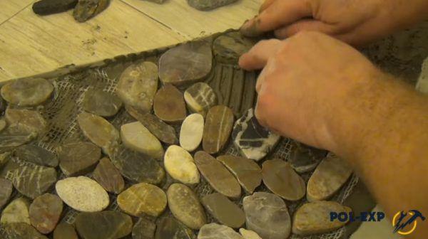 В пустоты укладывают одиночные камешки