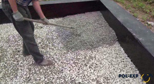 Выравнивание слоя щебня