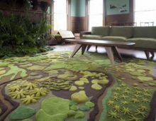 Асимметричное расположение ковров на полу позволяет покрыть изделием меньшего размера большую площадь пола