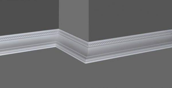 Белый плинтус хорошо сочетается с серыми стенами