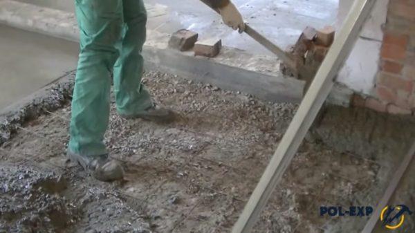 Бетон переносят лопатой