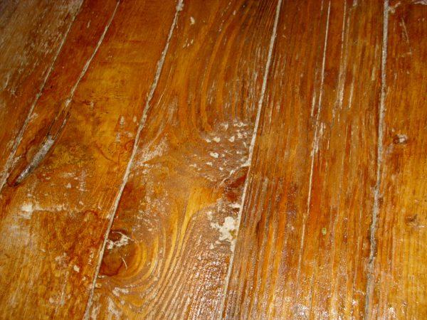 Деревянный пол с дефектами
