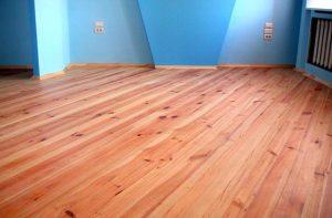 Доски крепкие, щели в полу отсутствуют, перепады не превышают 5 мм