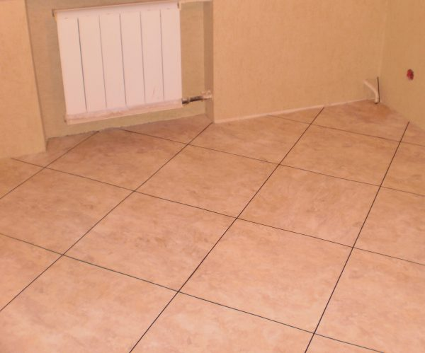 Если на полу уложена плитка, лучше использовать реакционный клей