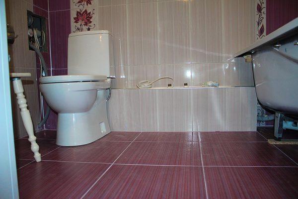 Если плиткой отделывается ваннаяя комната, стоит брать клей с повышенными показателями влагостойкости