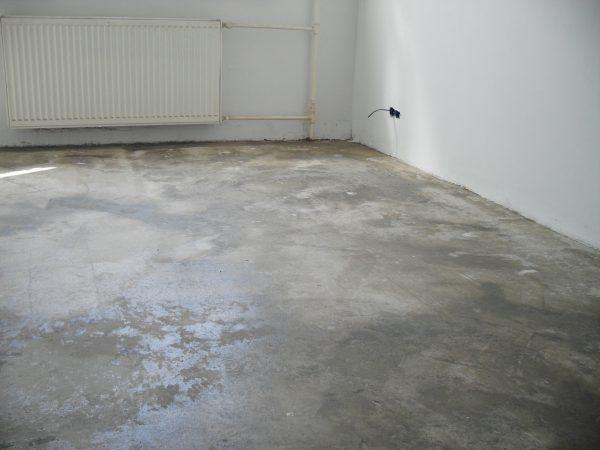 Если пол бетонный, консистенция клея может быть любой