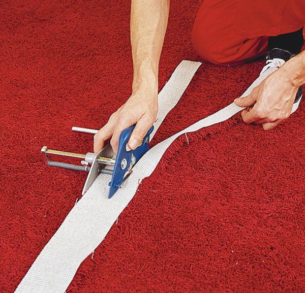 Из остатков напольного покрытия при помощи специального ножа вырезают полосы такой ширины, чтобы ее можно было наклеить на плинтус