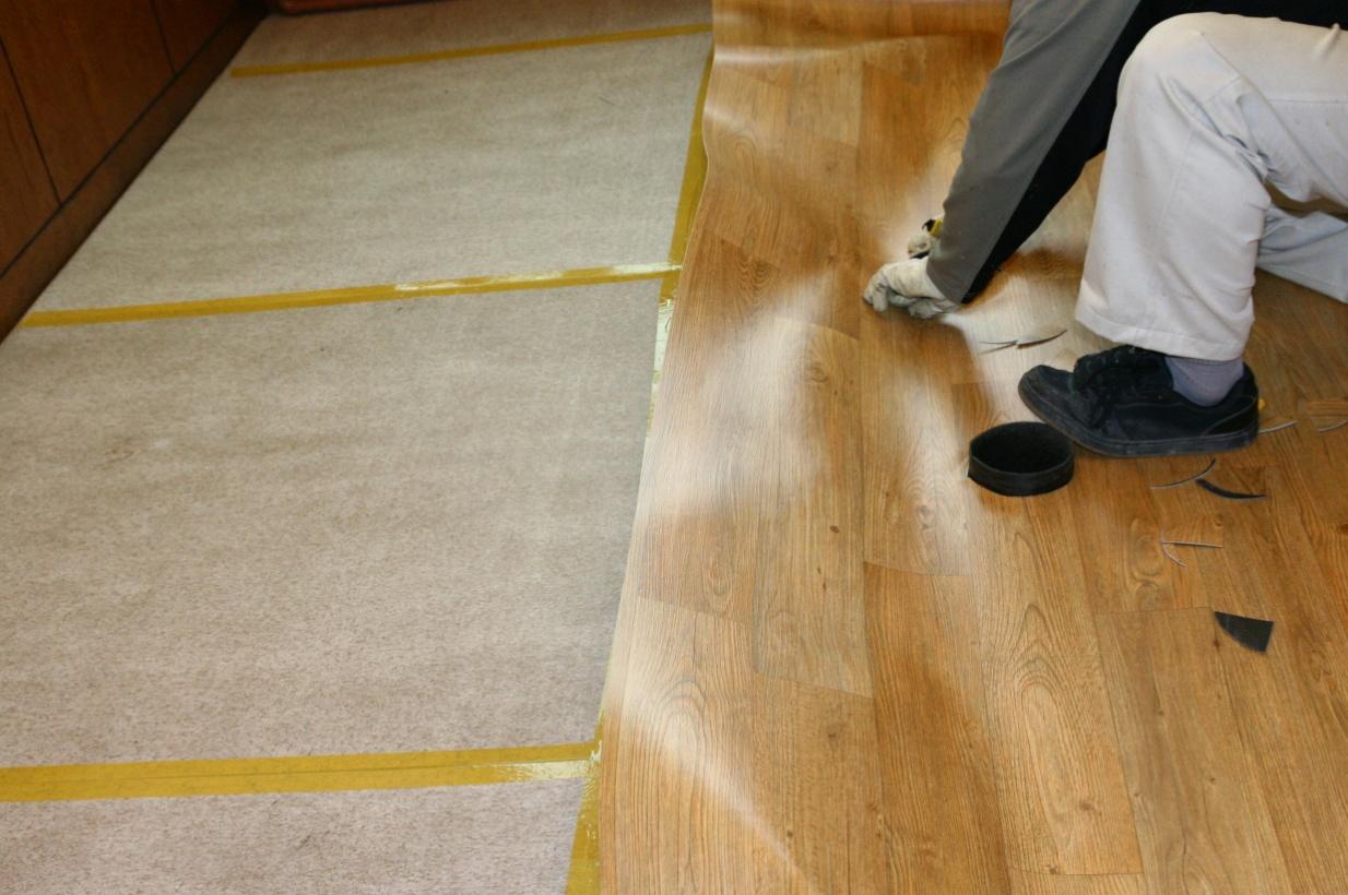 Как стелить линолеум на деревянный пол: какой линолеум выбрать и как правильно стелить на деревянное основание
