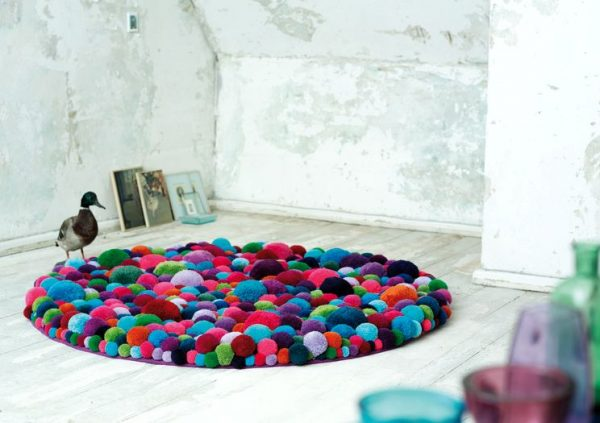 Красивый коврик из помпонов