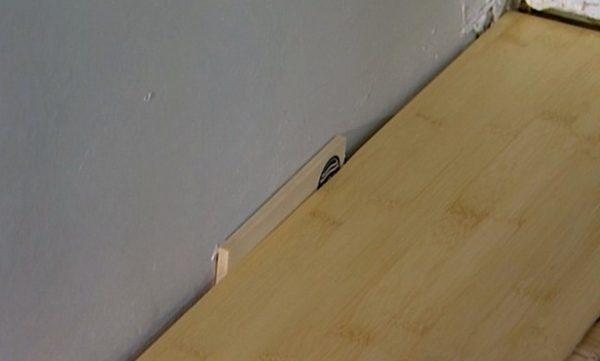 Между стеной и фанерой обязательно оставлять зазор