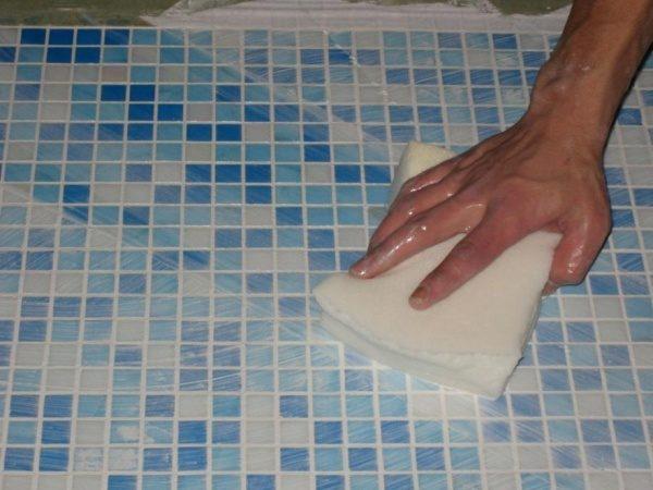 Мытье пола в ванной