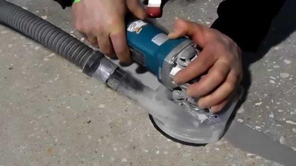 На фото – шлифование бетонной поверхности вручную с отводом пыли