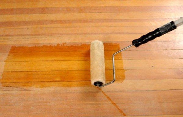 Нанесение лака на деревянный пол