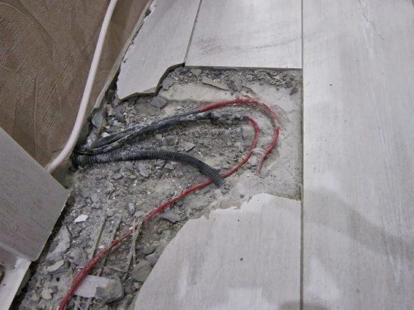 Недопустимый поворот нагревательного мата после заводской муфты. При работе кабеля происходит постоянная деформация внешней оболочки