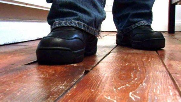 Нужно пройтись по полу и обратить внимание на наличие скрипа половиц