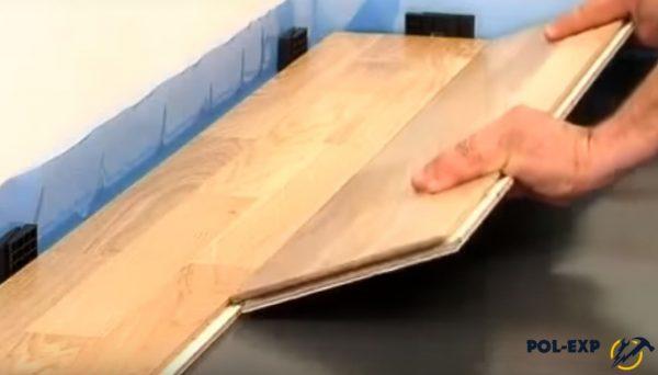 Обрезок доски используется для укладки второго ряда