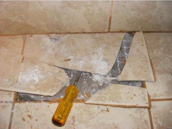 Отслоившуюся плитку лучше заменить