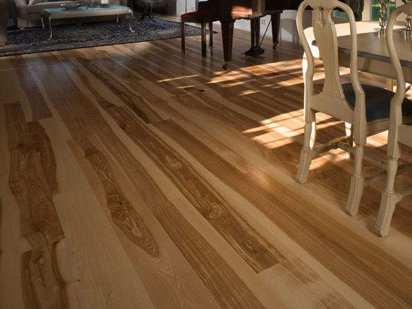Паркетная доска на полу в кухне