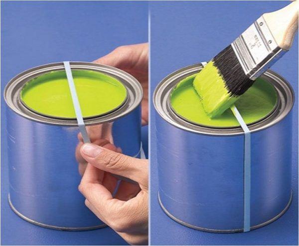 Поместите резиновую ленту вокруг открытой банки с краской, чтобы вытирать об нее кисть