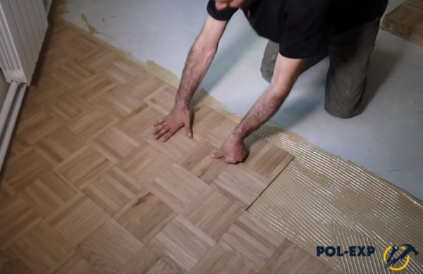 При укладке элементы нужно сильно прижимать к полу