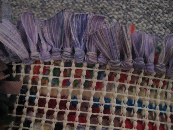 Protsess-izgotovleniya-kovrika-na-setke-osnove-600x450 Как сделать ковёр своими руками: история развития ремесла, материалы для изготовления и мастер-класс