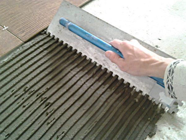 Толщина слоя плиточного клея может быть разной