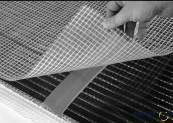Убедившись в исправной работе нагревательных элементов, закройте всю площадь пола плотной полиэтиленовой пленкой, раскладывая ее с перехлестом не менее 20 см