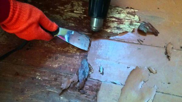 Удаление старой краски с помощью строительного фена