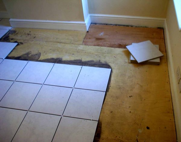 Укладка плитки на деревянный пол производится с помощью специального клея