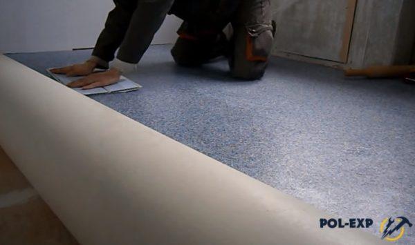 Важно удалить воздух из под покрытия