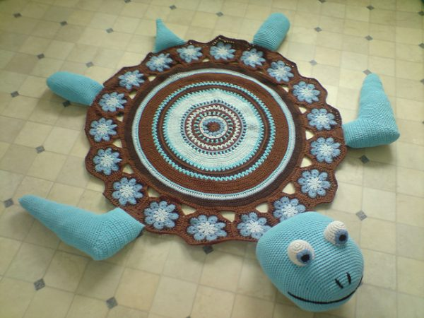 Vyazanyj-kovrik-cherepashka-600x450 Как сделать ковёр своими руками: история развития ремесла, материалы для изготовления и мастер-класс