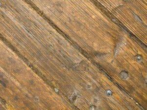 Пол крепкий, доски не деформированы, есть отдельные сколы, выемки, небольшие трещины, бугорки до 5-7 мм