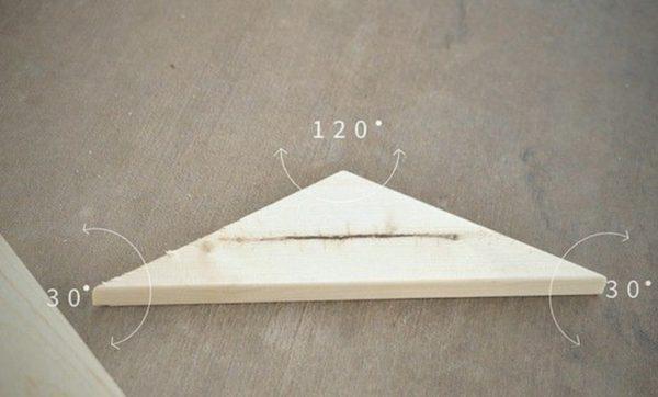 Изготовить такой пол самому чрезвычайно просто! Для этого нарезаем такие деревянные треугольники. Градусы углов указаны на рисунке. Этот элемент хорош тем, что из него легко формируется красивый и в то же время красивый рисунок